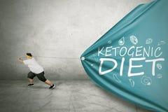El hombre gordo arrastra el texto quetogénico de la dieta imagen de archivo