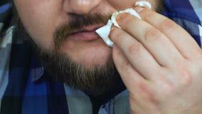El hombre gordo come encima de la hamburguesa que él hizo El individuo limpia su boca con una servilleta Alto malsano de la forma almacen de video