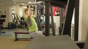 El hombre gordo comparte el bloque superior en el gimnasio Aptitud Forma de vida sana metrajes