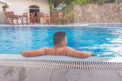 El hombre gordo disfruta de tiempo libre en la piscina Imagen de archivo