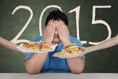 El hombre gordo evita la comida basura en 2015 Foto de archivo