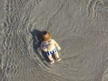 El hombre gordo miente en la playa Imagen de archivo