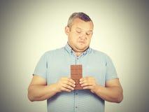 El hombre gordo rechaza al chocolate Imagen de archivo libre de regalías