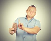 El hombre gordo rechaza al chocolate Fotografía de archivo