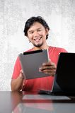 El hombre goza de la tableta Imagenes de archivo