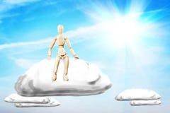 El hombre goza el sentarse en una nube en el cielo azul soleado Imágenes de archivo libres de regalías