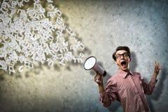 El hombre grita en un megáfono Foto de archivo libre de regalías