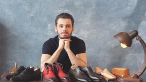 El hombre ha preparado calzados en venta, negocio, conceptos comerciales, individuo que vendía calzado de moda almacen de metraje de vídeo
