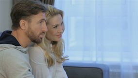 El hombre habla con su esposa en casa almacen de video