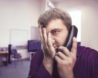 el hombre habla en el teléfono Foto de archivo