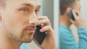 El hombre habla en el teléfono metrajes