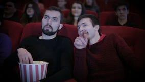 El hombre habla hacia fuera ruidosamente con el hombre en cine almacen de metraje de vídeo