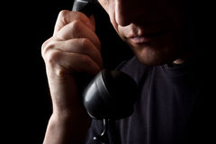 El hombre habla por el teléfono Imagenes de archivo