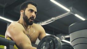 El hombre hace entrenamiento del bíceps metrajes