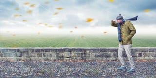 El hombre hace frente al viento principal Imagen de archivo