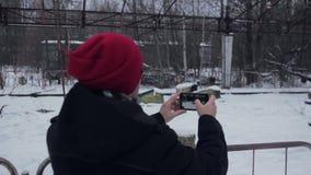 El hombre hace la foto en el parque en Pripyat almacen de metraje de vídeo