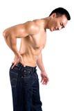 El hombre hace muecas mientras que él sufre de dolor de espalda imágenes de archivo libres de regalías