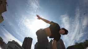 El hombre hace salto mortal hacia atr?s sobre el fondo del cielo azul, c?mara lenta estupenda almacen de metraje de vídeo