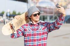 El hombre hace el selfie Fotografía de archivo