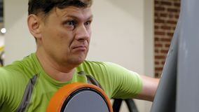 El hombre hace un ejercicio de la mariposa en el simulador en un estudio de la aptitud Forma de vida sana Aptitud y deporte metrajes