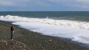 El hombre hace a un uno mismo peligroso durante una tormenta en el mar contra una onda gigante almacen de video