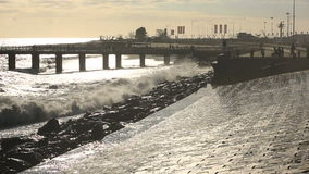 El hombre hace a un uno mismo peligroso durante una tormenta en el mar contra una onda gigante almacen de metraje de vídeo