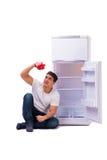 El hombre hambriento que busca el dinero para llenar el refrigerador Foto de archivo libre de regalías