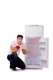 El hombre hambriento que busca el dinero para llenar el refrigerador Fotografía de archivo