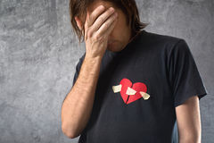 El hombre hearted quebrado está llorando. Concepto del día de tarjetas del día de San Valentín. Foto de archivo libre de regalías