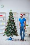 El hombre herido que celebra la Navidad en casa Imagen de archivo