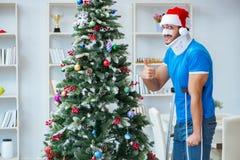 El hombre herido que celebra la Navidad en casa Fotografía de archivo