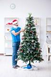 El hombre herido que celebra la Navidad en casa Foto de archivo