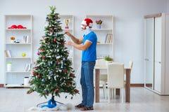 El hombre herido que celebra la Navidad en casa Imágenes de archivo libres de regalías