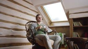 El hombre hermoso bebe el café en el ático almacen de video