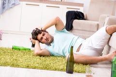 El hombre hermoso borracho de los jóvenes después del partido en casa imagen de archivo