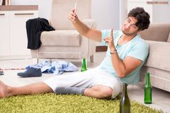 El hombre hermoso borracho de los jóvenes después del partido en casa foto de archivo libre de regalías
