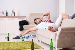 El hombre hermoso borracho de los jóvenes después del partido en casa foto de archivo