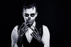 El hombre hermoso con creativo compensa el partido de Halloween Imágenes de archivo libres de regalías