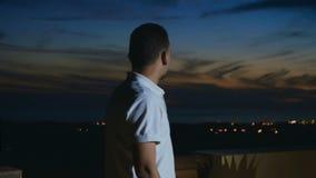 El hombre hermoso disfruta de la visión desde el tejado metrajes