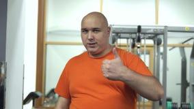 El hombre hermoso gordo está motivando a gente para hacer deportes