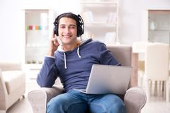 El hombre hermoso joven que escucha la música con los auriculares Fotografía de archivo libre de regalías