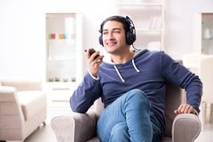 El hombre hermoso joven que escucha la música con los auriculares Foto de archivo