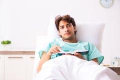 El hombre hermoso joven que permanece en hospital foto de archivo libre de regalías