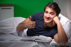 El hombre hermoso joven que sufre de insomnio en casa imagen de archivo libre de regalías