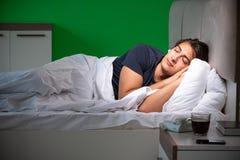 El hombre hermoso joven que sufre de insomnio en casa fotografía de archivo libre de regalías