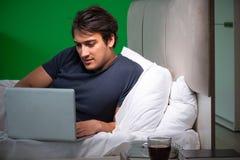 El hombre hermoso joven que sufre de insomnio en casa fotos de archivo libres de regalías