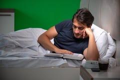 El hombre hermoso joven que sufre de insomnio en casa fotos de archivo