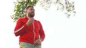 El hombre hermoso pone sudadera con capucha roja metrajes
