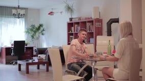 El hombre hermoso y la muchacha rubia se sientan en la tabla, charla, aviso que vuela el helicóptero nano almacen de video