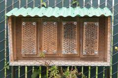 El hombre hizo la colmena de la abeja del jardín Foto de archivo